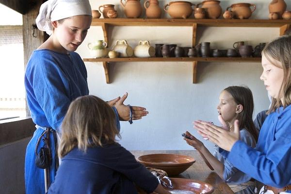 Vilten: in het middeleeuwse koopmanshuis kun je leren vilten en zo een armbandje maken.