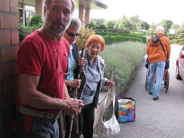 In afwachting van de auto\'s die de deelnemers naar het gereedstaande ontbijt brengen