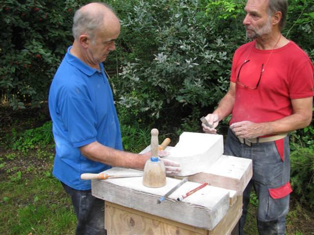 Assistent Peter Hiep geeft Johan Bakker advies