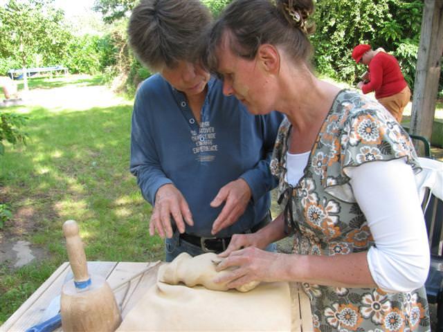 Monique Meulen in overleg met assistent Heleen van der Werff