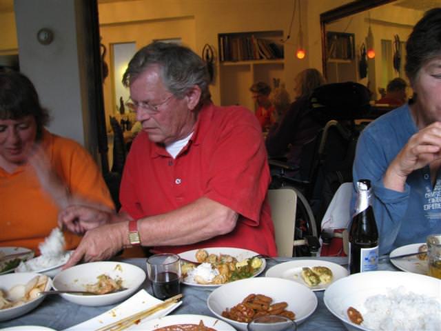 Janneke de Groot met assistent Joep Kruijsen aan de rijsttafel