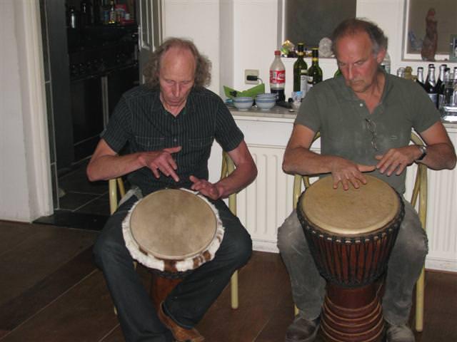 Pierre Zoun haalt - met zijn muziekmaat - na het eten de djembe trommels te voorschijn
