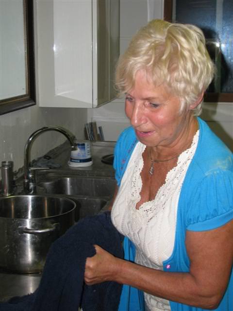Terwijl Anneriet van Riet in de keuken in de weer is…