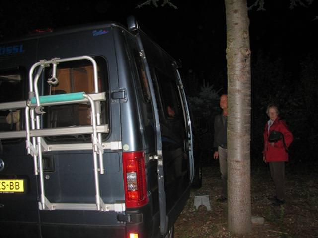 De nachtbrakers worden naar het hotel gebracht