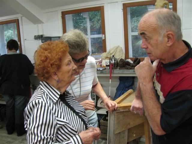 Terwijl Johan Bakker in gezellig gesprek is met Elly Trisscheyn en Mieke Bosch