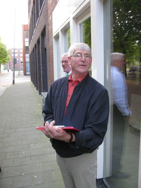 Bob Middelburg onze excursieleider wacht bij de chauffeur van de reisbus op de deelnemers