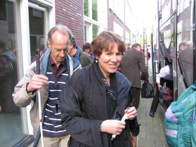 Vanaf de opstapplaats bij station Breda staan George Kabel en Annelies Snijkers op het punt de bus te betreden
