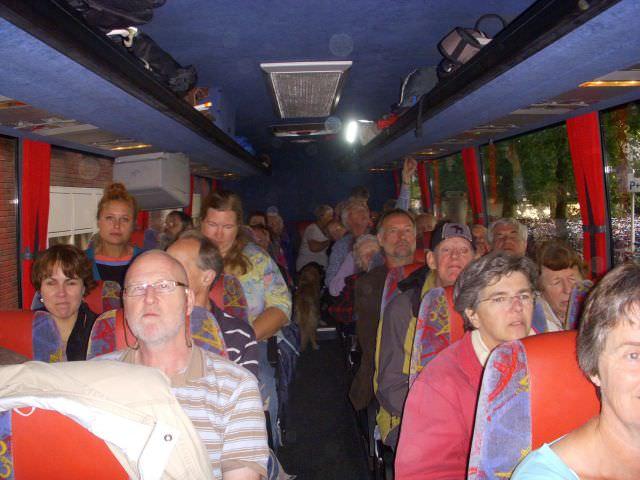 Iedereen zit in de bus klaar voor de reis naar Gent