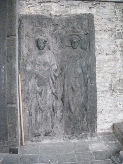 Een van de oude grafplaten in de Sint-Baafsabdij