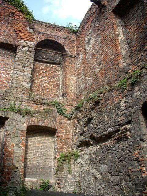 Buitenmuren gezien zoals vanuit het binnenplein