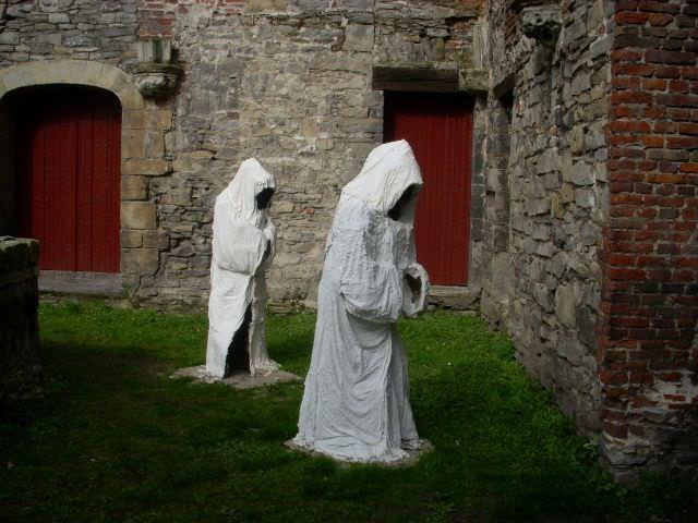 Monniken gemaakt van gips geven een impressie hoe het eens in de abdij moet zijn geweest