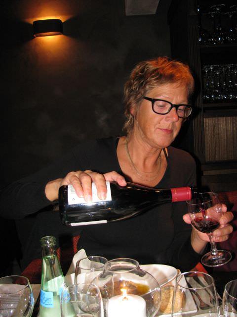 Begeleidster Jopie Broeks laat de drank rijkelijk vloeien