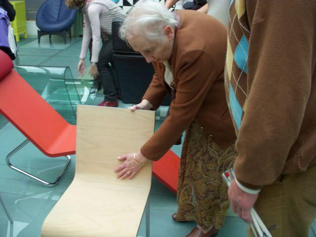 """Niet alleen de klassieke, maar ook de moderne meubels wordendoor Nanny Vissers grondig """"bekeken"""""""