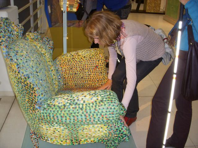 Kunst en cultuur is er ook voor jonge mensen;Kristina van Schie probeert zich van deze stoel een goed beeld te vormen