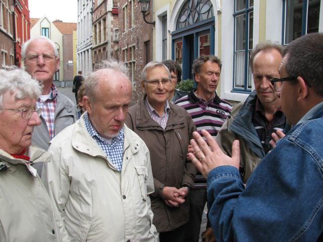 Zondag een excursie door Gent, de groep luistert aandachtignaar het verhaal van de gids