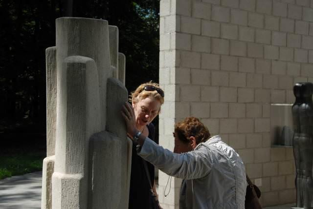 Anja Dassen en Guusje van Wely-Nieuwenhuis bekijken een beeld