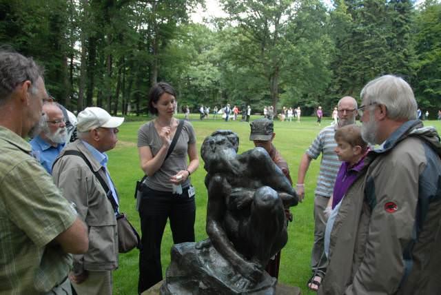 Rondleidster Meta Chavanes geeft uitleg bij beeld van Rodin