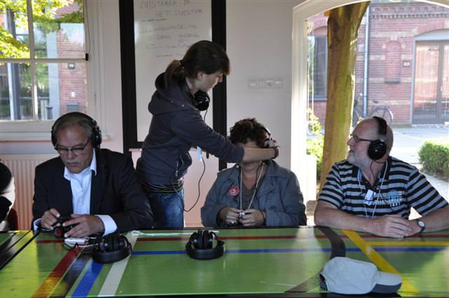 Ook Miriam Falk helpt met het inregelen van de apparatuur