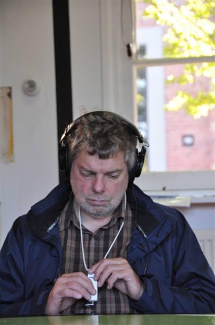 Roel van Houten luistert of de IPod het wel doet