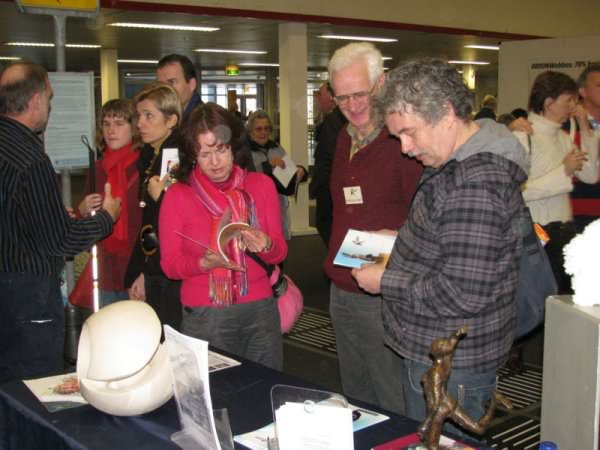 KUBES vrijwilligers geven publiek uitleg over het werk van Stichting KUBES