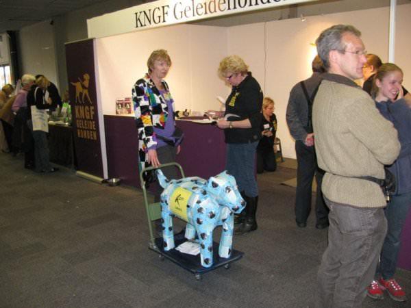 Anja Dassen op pad met de hond om loten te verkopen