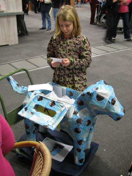 Anja Dassen krijgt hulp bij de lotenverkoop van Madelief van Kuyk