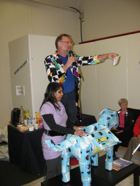 Asha Jadoenandansing trekt de lootjes, Pete Hiep maakt de winnaars bekend