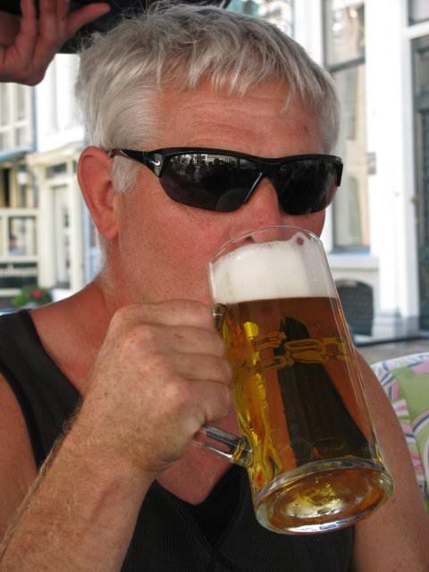 """Jan Laan geniet van een """"klein"""" biertje"""