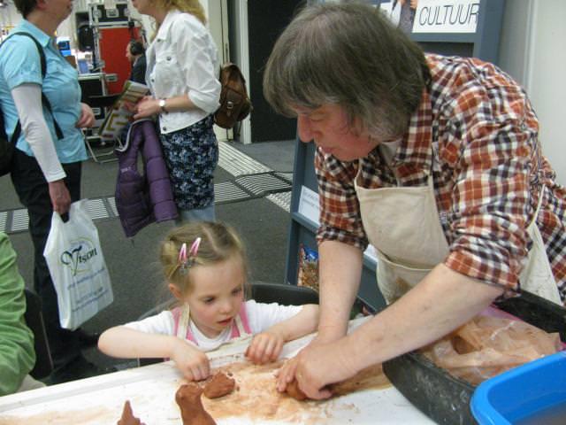 Janneke de Groot - Sweers druk bezig met een kunstenaar in spe