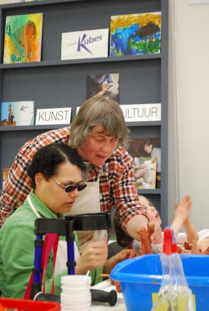 Janneke de Groot - Sweers adviseert bij de workshop Maquette boetseren