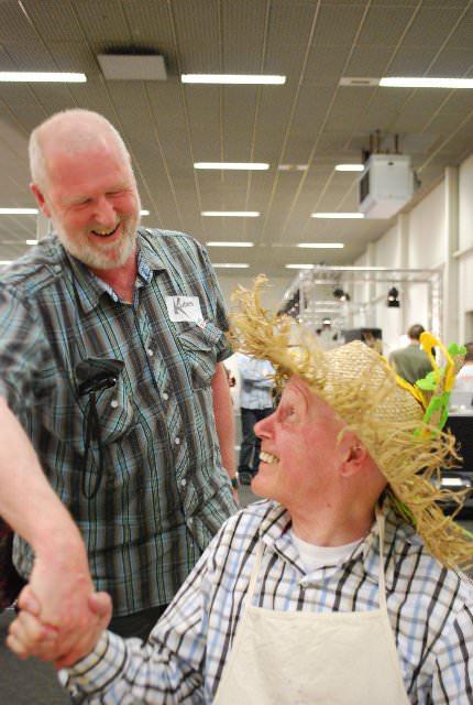 Als je 70 jaar wordt, dan krijg je een cadeautje en felicitaties, Adri Hopman doet dat dan namens Stichting KUBES