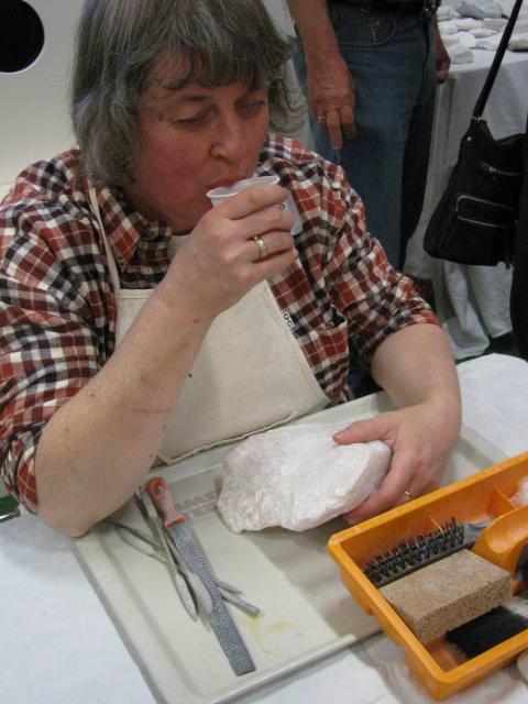 Janneke de Groot - Sweers, assistent workshop boetseren en speksteen bewerken neemt even een theepauze