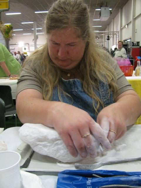 Ook Nina ter Berg, die bij de workshops boetseren en speksteen bewerken assisteerde, is zelf begonnen met een brok speksteen