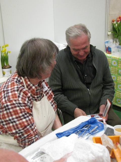 """""""Ons pap"""" Royakkers bekijkt foto's van werk van beeldend kunstenaar Janneke de Groot - Sweers"""