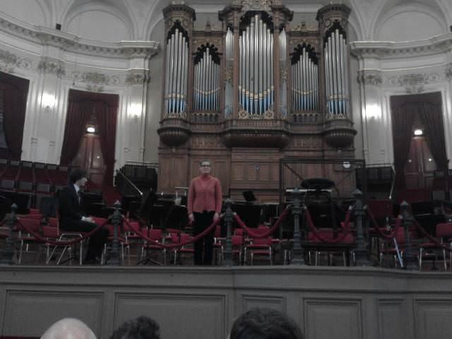 Judith Lorand in de grote zaal van concertgebouw te Amsterdam