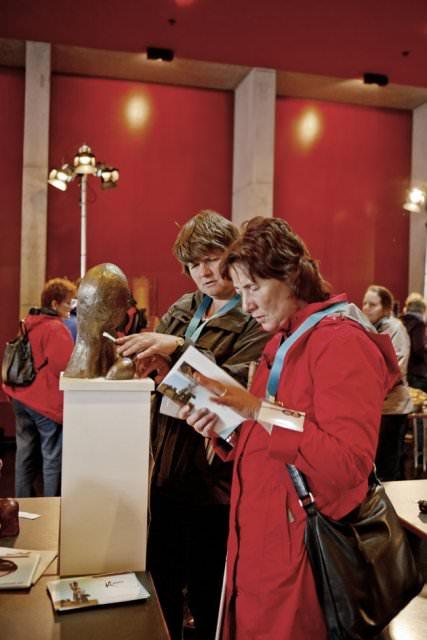 Twee bezoekers bekijken een kunstwerk